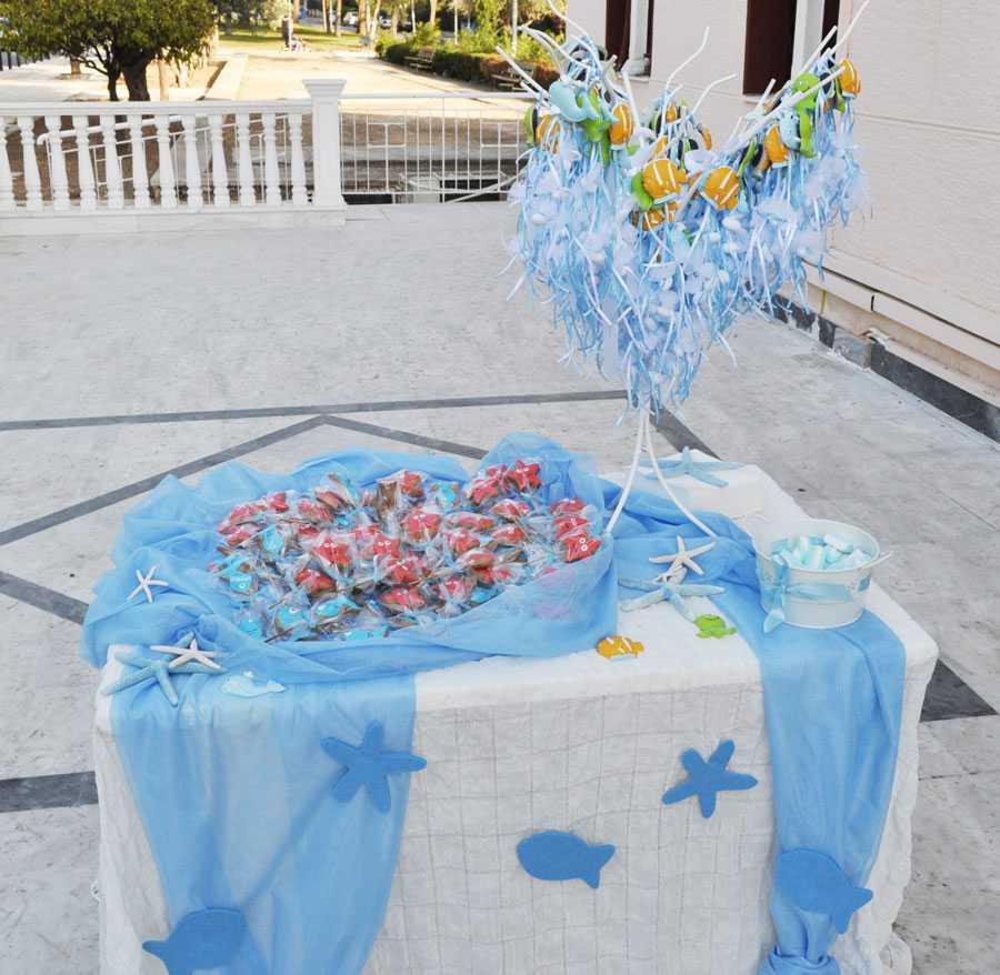 Τραπέζι με γλυκά και μπομπονιέρες