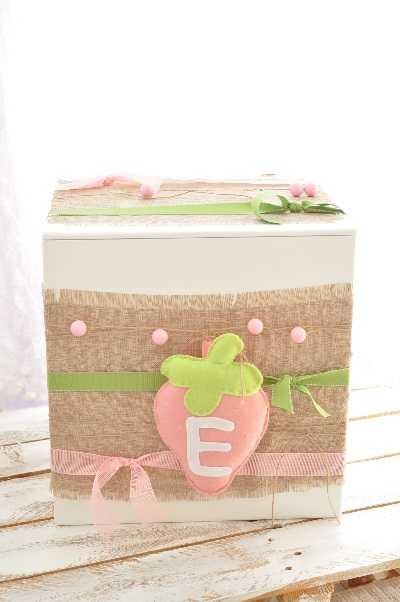 Κουτί βάπτισης με υφασμάτινη φράουλα (k109)