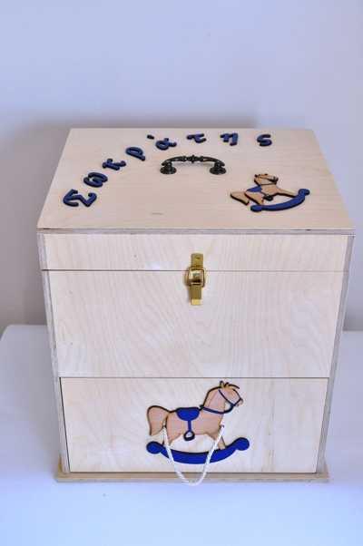 Κουτί βάπτισης κομοδίνο ξύλινο με ντουλάπι και συρτάρι στολισμένο με θέμα carouzel σε μπλε αποχρώσεις.